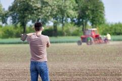Landbouwer met schoffel royalty-vrije stock afbeeldingen