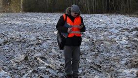 Landbouwer met tabletpc op bevroren gebied in de winter stock video