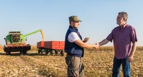 Landbouwer na oogst van graan royalty-vrije stock foto's