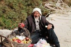 Landbouwer op bergweg Stock Afbeelding