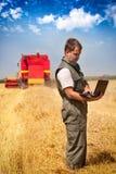 Landbouwer op een gebied stock fotografie