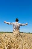 Landbouwer op een tarwegebied royalty-vrije stock afbeeldingen