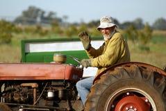 Landbouwer op tractor royalty-vrije stock afbeelding