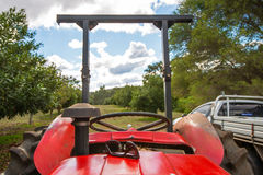Landbouwer op tractor Stock Afbeelding