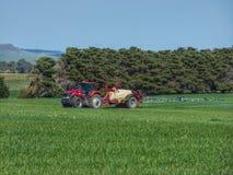Landbouwer Spraying Crops dichtbij Melbourne Victoria Australia royalty-vrije stock afbeeldingen