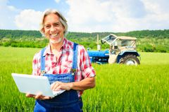 Landbouwer Standing In een Gebied royalty-vrije stock afbeelding