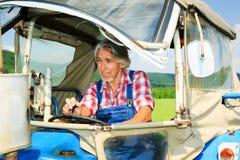Landbouwer Standing In een Gebied Royalty-vrije Stock Afbeeldingen