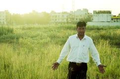 Landbouwer of zakenman wat betreft gras Royalty-vrije Stock Afbeeldingen