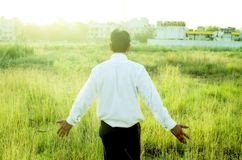Landbouwer of zakenman wat betreft gras Stock Afbeelding