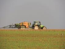 Landbouwers bespuitende chemische producten op de gebieden Royalty-vrije Stock Foto's