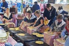 Landbouwers die talos in markt van Santo Tomas maken San Sebastian Royalty-vrije Stock Afbeelding