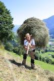 Landbouwers wirh vork over schouderhooien Stock Fotografie