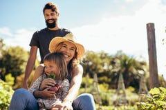 Landbouwersfamilie die van genieten bij hun landbouwbedrijf royalty-vrije stock foto's