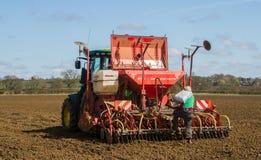 Landbouwerslading op zaadboor klaar voor het boren Royalty-vrije Stock Afbeeldingen