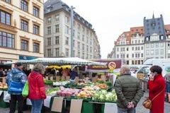 Landbouwersmarkt waar diverse verse producten van landbouwbedrijven in Marktplatz, het marktvierkant in de stadscentrum van Leipz royalty-vrije stock foto