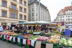 Landbouwersmarkt waar diverse verse producten van landbouwbedrijven in Marktplatz, het marktvierkant in de stadscentrum van Leipz royalty-vrije stock afbeeldingen