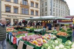 Landbouwersmarkt waar diverse verse producten van landbouwbedrijven in Marktplatz, het marktvierkant in de stadscentrum van Leipz stock afbeelding