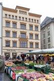 Landbouwersmarkt waar diverse verse producten van landbouwbedrijven in Marktplatz, het marktvierkant in de stadscentrum van Leipz stock fotografie