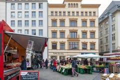 Landbouwersmarkt waar diverse verse producten van landbouwbedrijven in Marktplatz, het marktvierkant in de stadscentrum van Leipz stock afbeeldingen