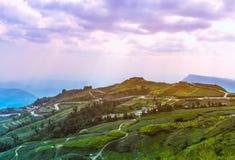 Landbouwgebied tegen mooie hemel met bewolkt en zonnestraal royalty-vrije stock fotografie