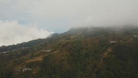 Landbouwgrond in de bergen in mist en wolken Bali, Indonesië stock video