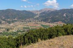 Landbouwgrond en de stad van Kalavryta van een hoogte Achaea, Griekenland, de Peloponnesus stock afbeelding