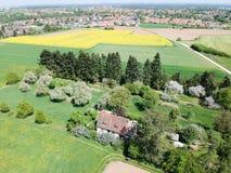 Landbouwgrond en dorp stock afbeeldingen