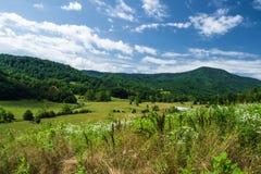 Landbouwgrond met bergen royalty-vrije stock afbeelding