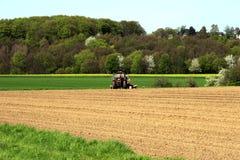 Landbouwgrond met tractor in Duitsland royalty-vrije stock afbeelding