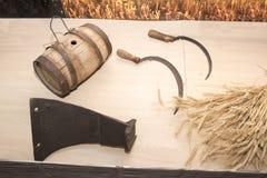 Landbouwhulpmiddelen: blad, sikkels, een vat water Rusland, 19de eeuw Royalty-vrije Stock Fotografie