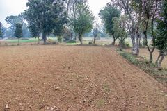 Landbouwlandbouwgrond die, onlangs door tractor ploegen stock afbeelding