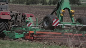 Landbouwmachine het zaaien zaden en het cultiveren van gebied stock videobeelden