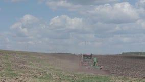 Landbouwmachine uitgespreide meststof op gecultiveerde gebiedsgrond in de zomer Het planten van gewassen, stock video