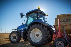 Landbouwmachines nieuw tractoren en materiaal van bebouwing royalty-vrije stock afbeeldingen