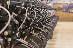 Landbouwmachines voor grondcultuur Nieuwe moderne modellen van landbouwmachines stock foto's