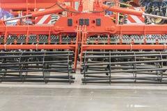 Landbouwmachines voor grondcultuur Nieuwe moderne modellen van landbouwmachines Nieuwe landbouwmachine stock afbeeldingen