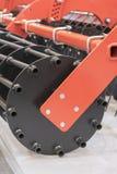 Landbouwmachines voor grondcultuur Nieuwe moderne modellen van landbouwmachines Verticale foto stock afbeelding