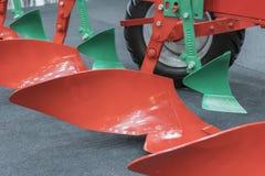 Landbouwploeg Ploeg voor diep het ploegen Subsoiler of vlak heftoestel Ploeg op aanhangwagen voor tractor Ploeg voor het ploegen  royalty-vrije stock afbeelding