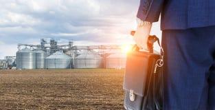 Landbouwsilo's en bedrijfsmens Stock Afbeelding