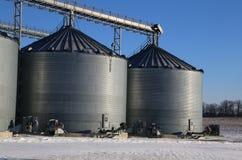 Landbouwsilo's op landbouwbedrijf stock afbeelding