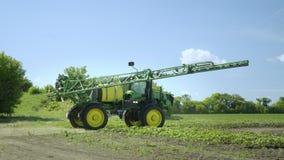 Landbouwspuitbus die klaar om aan de landbouwgebied te werken worden Bespuitende machine stock videobeelden