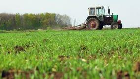 Landbouwtrekker die en gebied zaaien cultiveren stock videobeelden