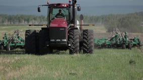 Landbouwtrekker die en gebied zaaien cultiveren stock video