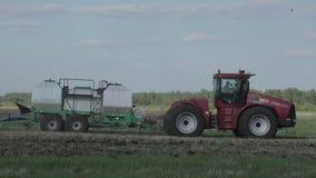 Landbouwtrekker die en gebied zaaien cultiveren stock footage