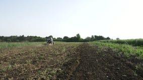 Landbouwtrekker die en gebied zaaien cultiveren bij organisch ecolandbouwbedrijf stock footage