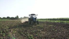 Landbouwtrekker die en gebied zaaien cultiveren bij organisch ecolandbouwbedrijf stock video