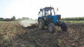 Landbouwtrekker die en gebied zaaien cultiveren bij organisch ecolandbouwbedrijf Royalty-vrije Stock Fotografie