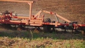 Landbouwtrekker die en gebied zaaien cultiveren Tractor die op het gebied bij zonsondergang werken stock video