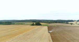 Landbouwtrekker die en landbouwgebied zaaien cultiveren stock footage