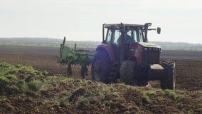 Landbouwtrekker die en wijngaardgebied zaaien cultiveren stock footage